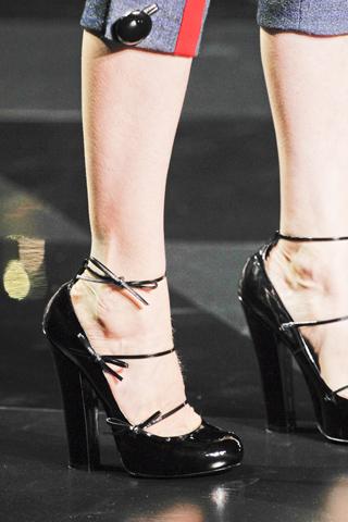 Louis-Vuitton-Fall-2011-RTW-shoes-4 - 320 x 480  79kb  jpg